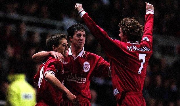 Đà sa sút của bản thân từ năm 1997 cộng thêm sự xuất hiện của đàn em Michael Owen (trái) khiến Fowler mất dần tầm ảnh hưởng và vị thế ngôi sao số một ở Liverpool.