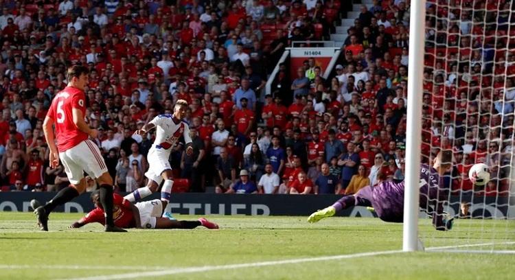 Van Aanholt trừng phạt sai lầm của Pogba với bàn ấn định chiến thắng 2-1 cho Palace. Ảnh: Reuters.
