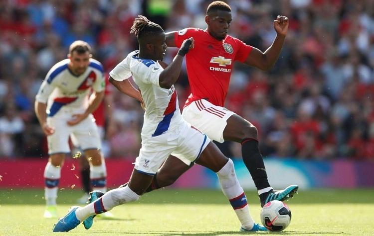 Các CĐV Man Utd la ó Pogba sau khi anh mắc sai lầm dẫn đến bàn thua. Ảnh: Reuters.
