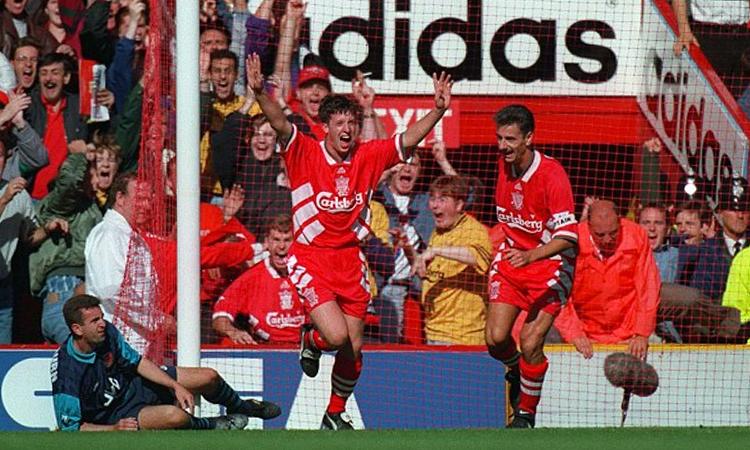 Fowler là hiện thân cho sự tươi mới và đổi thay ở Liverpool đầu những năm 1990, thay cho thế hệ cũ của những huyền thoại như Ian Rush (phải). Ảnh: PA.