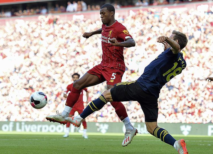 Monreal (phải) hoàn toàn bịlấn át bởi tốc độ của Salah, và sức mạnh của hàng tiền vệ cơ bắp phía Liverpool. Ảnh: EPA.