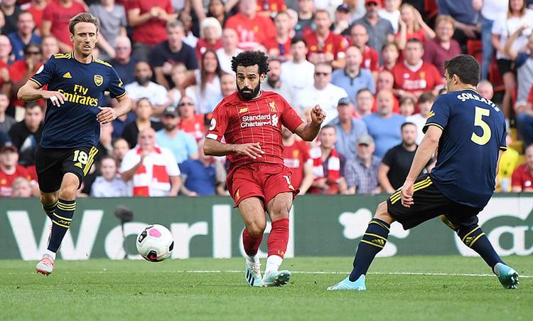 Pha cứa lòng hoàn hảo của Salah, nâng tỷ số lên 3-0. Ảnh: PA.