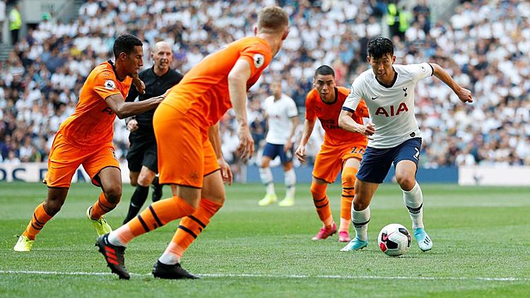 Son Heung-min (trắng) luôn bị theo sát bởi ít nhất hai cầu thủ Newcastle. Ảnh: Premier League.