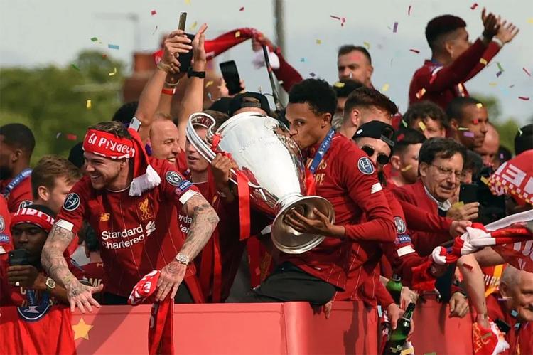 Alexander-Arnold đã đi cả chặng đường dài 14 năm để được có mặt trên chiếc xe bus của Liverpool, diễu hành với Cup Champions League, như thế hệ cha chú từng làm năm 2005. Ảnh: AFP.