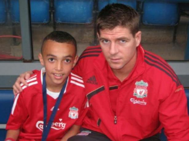Alexander-Arnold thời còn là học viên ở đội nhi đồng, bẽn lẽn khi được chụp ảnh cùng thần tượng số một của Liverpool - Steven Gerrard.
