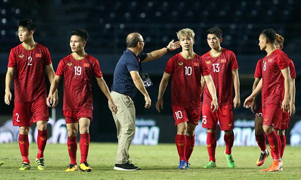 HLV Park Hang-seo xuống sân, động viên học trò sau thất bại. Ảnh: Anh Khoa.
