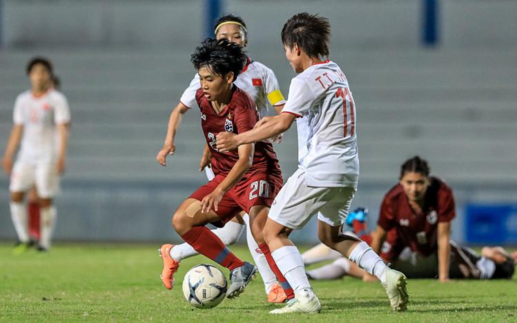 Đấu pháp hợp ý và tinh thần chiến đấu ngoan cường giúp Việt Nam (trắng) lần thứ ba vô địch Đông Nam Á. Ảnh: Đông Huyền.