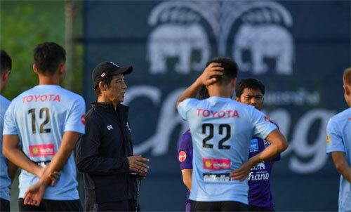HLV Nishino đang trổ tài nâng tầm tuyển Thái Lan. Ảnh: FAT