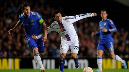 Salah (áo trắng) khi còn chơi cho Basel.