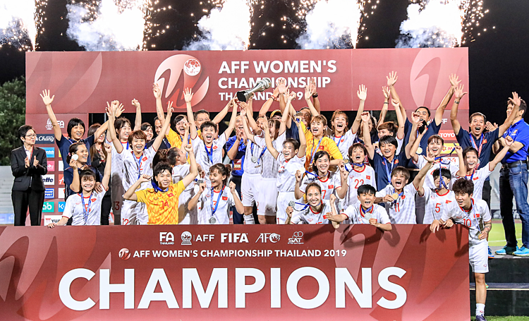 Các cầu thủ Việt Nam mừng tấm HC vàng ở giải vô địch nữ Đông Nam Á 2019.