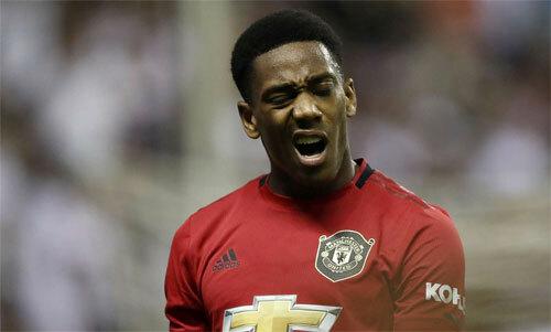 Hàng công Man Utd mỏng hơn khi vắng Martial.