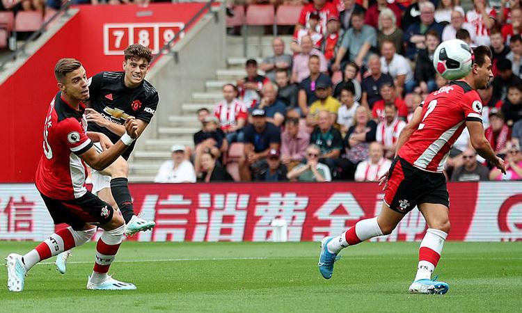 Daniel James sút xa mở tỷ số cho Man Utd. Ảnh: Reuters.