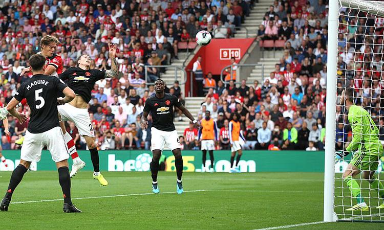 Vestergaard thắng pha không chiến với Lindelof, gỡ hòa 1-1 cho Southampton. Ảnh: PA.