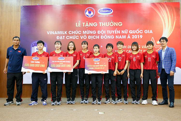 Gám đốc điều hành Marketing và Kinh doanh, ông Phan Minh Tiên (ngoài cùng bên phải) trao các phần thưởng cho đội tuyển.