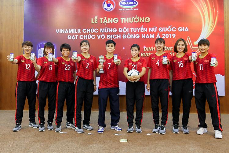 Các cầu thủ nữ phấn khích với phần thưởng từ Vinamilk.