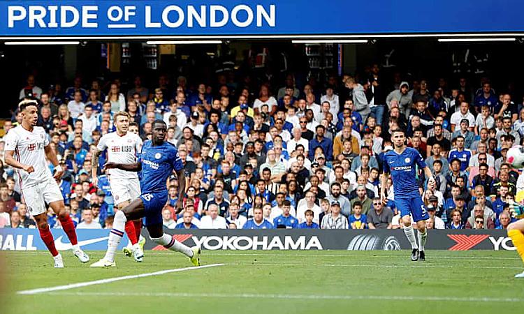 Bàn rút ngắn tỷ số của Robinson khiến Chelsea nôn nóng. Ảnh: Reuters.