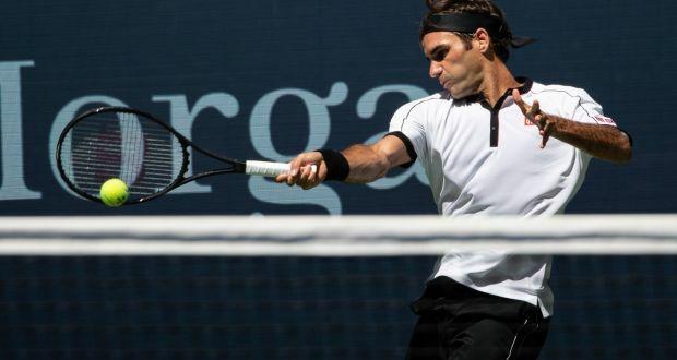 Federer trả bóng trong trận đấu với Evans ở Mỹ Mở rộng năm nay. Ảnh: NYT.