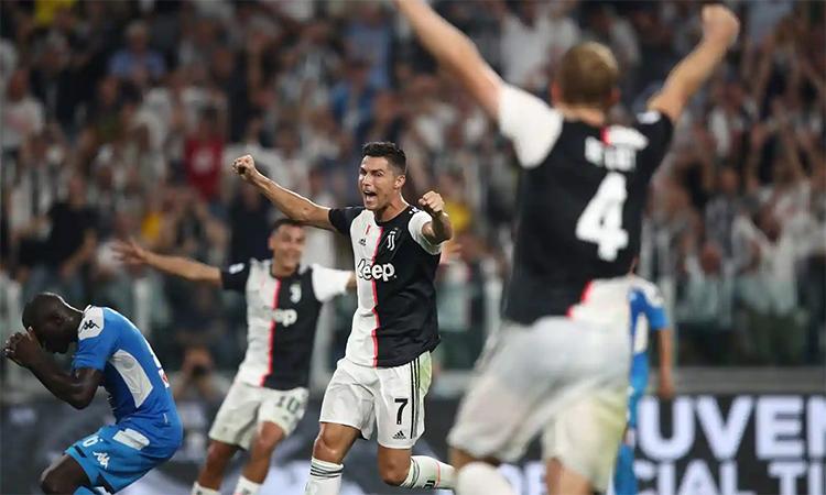 Koulibaly thất vọng sau khi phản lưới nhà, dâng chiến thắng cho Juventus. Ảnh: AFP.