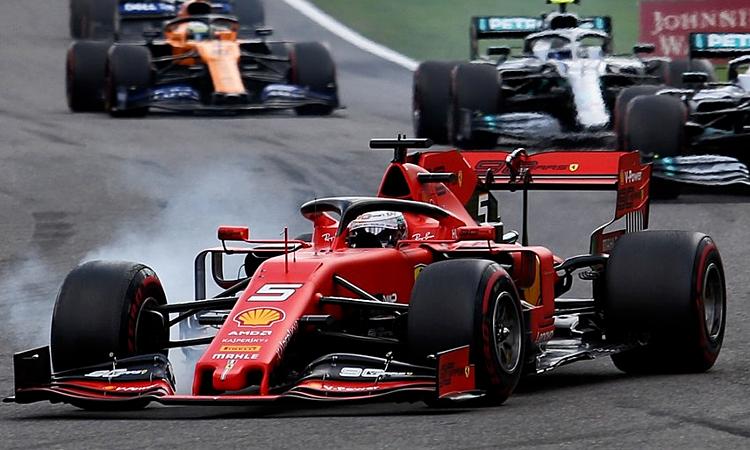 Vettel (xe đỏ) khởi đầu không tốt khi bị lock-up. Ảnh: XPB.