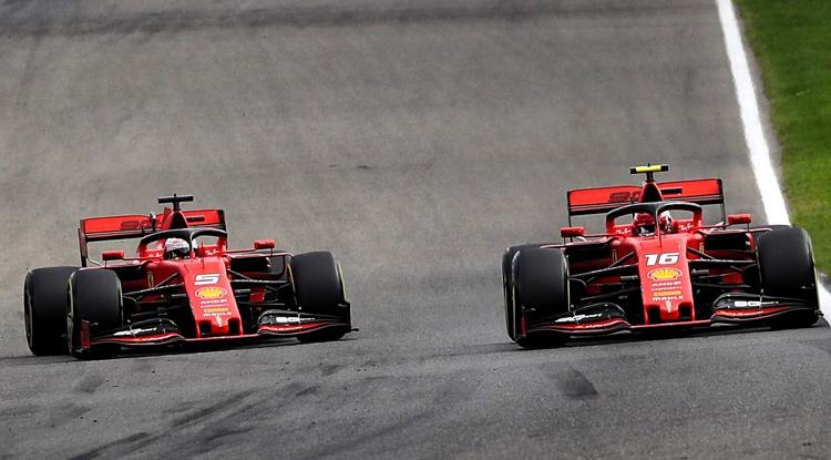 Vettel (trái) nhường Leclerc vượt qua ở vòng 26. Ảnh: XPB.
