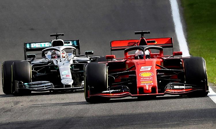Vettel nhiều lần phòng thủ, không cho Hamilton vượt qua, khiến đối thủ bị chậm lại. Ảnh: XPB.