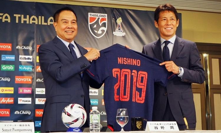 HLV Nishino (phải) ký hợp đồng hai năm với FAT. Ảnh: Komchadluek