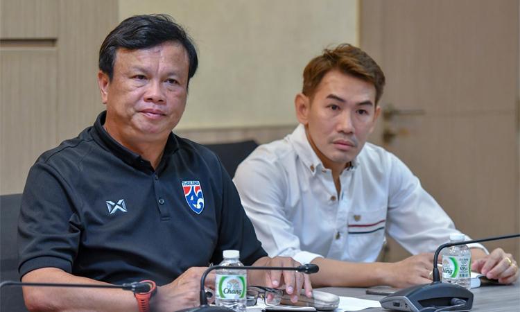 Sirisak (trái) và Anurak trong cuộc họp với FAT và HLV Nishino tại trụ sở FAT, ở Bangkok sáng nay.