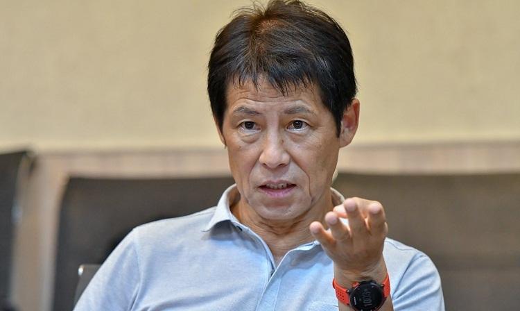 HLV Nishino trong buổi họp với các lãnh đạo báo chí Thái Lan. Ảnh: FAT.