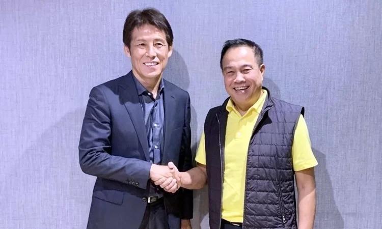 HLV Nishino (trái) bên cạnh Chủ tịch FAT, Somyot. Cựu HLV tuyển Nhật ký hợp đồng hai năm dẫn dắt tuyển Thái Lan và đội U23, nhận lương 970 nghìn USD một năm.