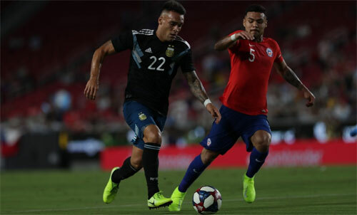 Lautaro Martinez (trái) bỏ lỡ hai cơ hội. Ảnh: Reuters