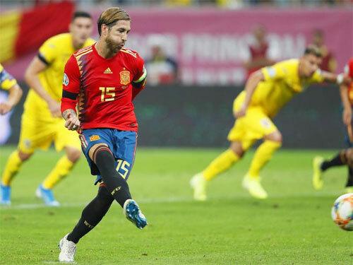Ramos đưa Tây Ban Nha vượt lên. Ảnh: Reuters