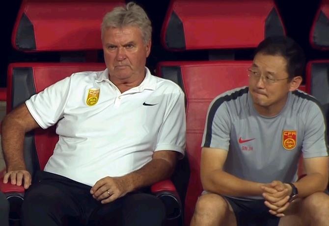 Hiddink (trái) ngồi cạnh trợ lý Sun Jihai. Ảnh: Sohu.