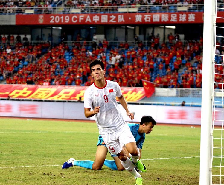 Tiến Linh lạnh lùngmừng bàn thắng vào lưới Trung Quốc. Ảnh: VFF.