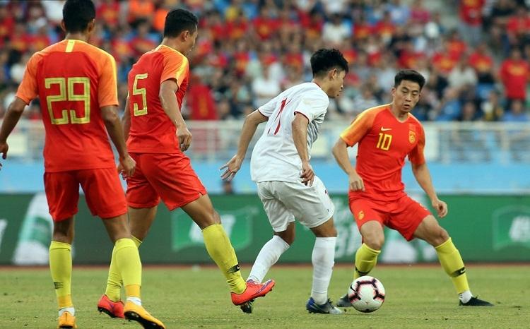 Trung Quốc chủ động đá pressing nhưng các tiền vệ của Việt Nam có một ngày thi đấu tốt. Ảnh: Ppsport.