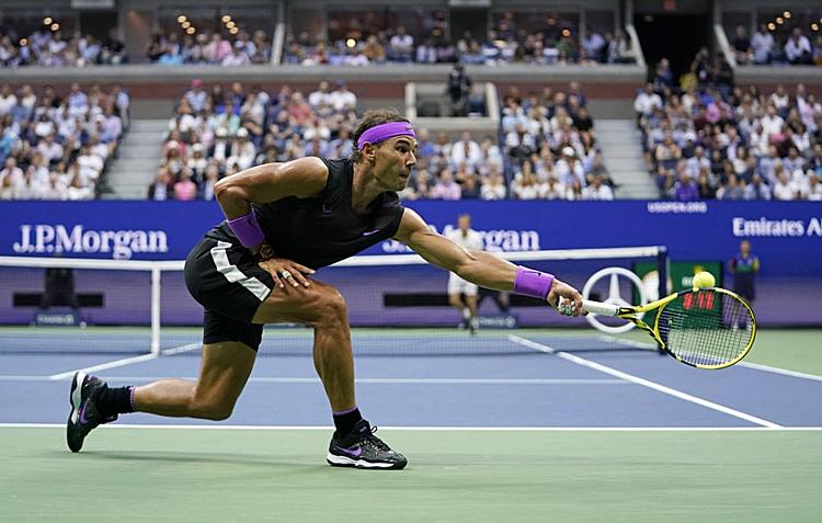 Nadal vượt trội đối thủ về khả năng đánh bền trong hai set đầu. Ảnh: AP.