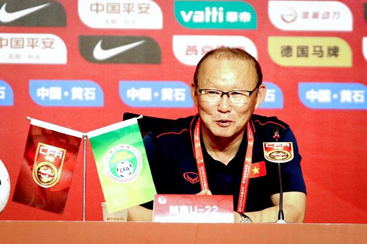 HLV Park hài lòng với cách các học trò thể hiện, nhưng không muốn đội chủ quan vì thắng lợi trước U22 Trung Quốc. Ảnh: VFF.