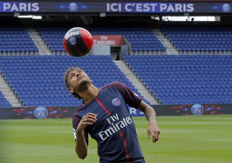 Barca từng bẽ mặt khi không cản được Neymar dứt áo sang PSG hè 2017. Ảnh: AP.