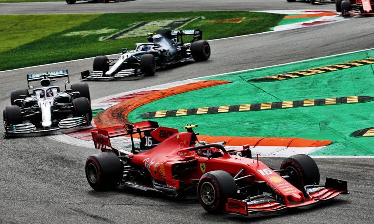 Hamilton và Bottas gây sức ép rất lớn, nhưng không đủ để ngăn Leclerc (xe đỏ) chiến thắng tại thánh đường tốc độ Monza. Ảnh: F1.