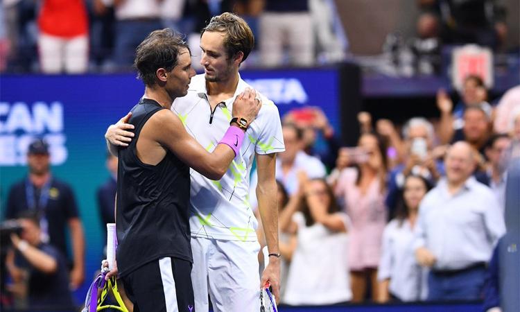 Nadal động viên Medvedev sau khi tan trận. Ảnh: US Open.