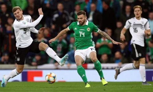Bắc Ireland (áo xanh) có không ít cơ hội dẫn bàn. Ảnh: Reuters