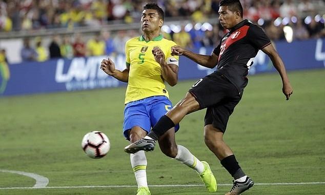 Casemiro (trái) giữ băng đội trưởng của Brazil tối 10/9. Ảnh: AP.