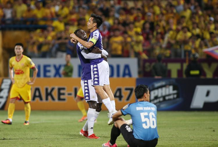 Văn Quyết ăn mừng bàn thắng trong chiến thắng 6-1 trên sân Hàng Đẫy tối 11/9. Ảnh: Lâm Thoả