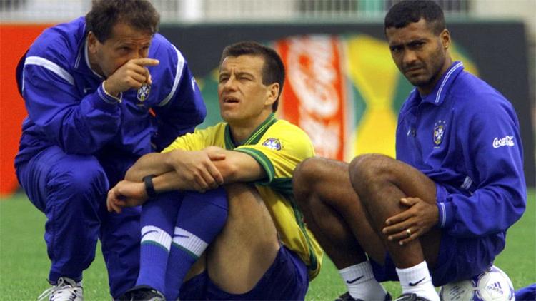 Nếu đội trưởng Dunga (giữa)là tấm gương về sự chỉn chu, mẫu mực trong tuyển Brazil vô địch World Cup 1994, Romario (phải)là hiện thân cho sự phá cách, bất tuân mọi kỷ luật. Ảnh: Reuters.
