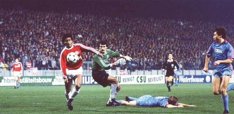 Romario khiến nhiều thủ môn, hậu vệ đối phương bị ám ảnh vì những pha ghi bàn của ông. Ảnh: PSV.