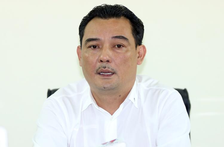 Ông Nguyễn Quốc Hội chia sẻ với báo chí tại sân Hàng Đẫy chiều 12/9. Ảnh: Lâm Thoả