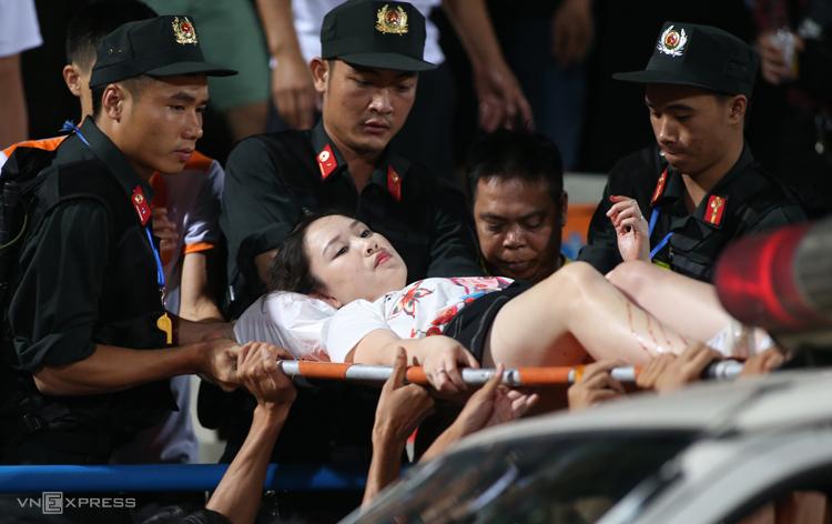 Nữ CĐV Huyền Anh nhập viện cấp cứu sau pha bắn pháo sáng của CĐV Nam Định tối 11/9. Ảnh: Lâm Thoả