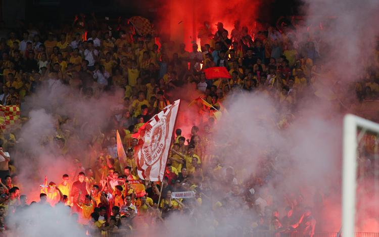 CĐV Nam Định đốt pháo sáng trên sân Hàng Đẫy ngày 11/9. Ảnh: Lâm Thoả