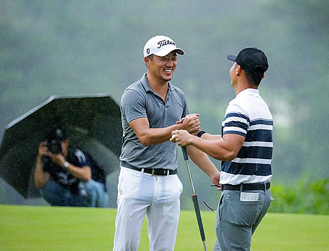 Park Sang Ho (trái) và Duy Nhất tạo nên cái kết mãn nhãn tại FLC Vietnam Masters tháng trước.