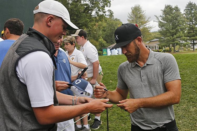 Chappell ký tặng khán giả sau vòng golf để đời. Ảnh: AP.