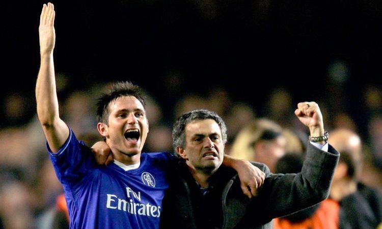 Mourinho (phải) và Lampard trong nhiệm kỳ đầu ông dẫn dắt Chelsea. Ảnh: Reuters.